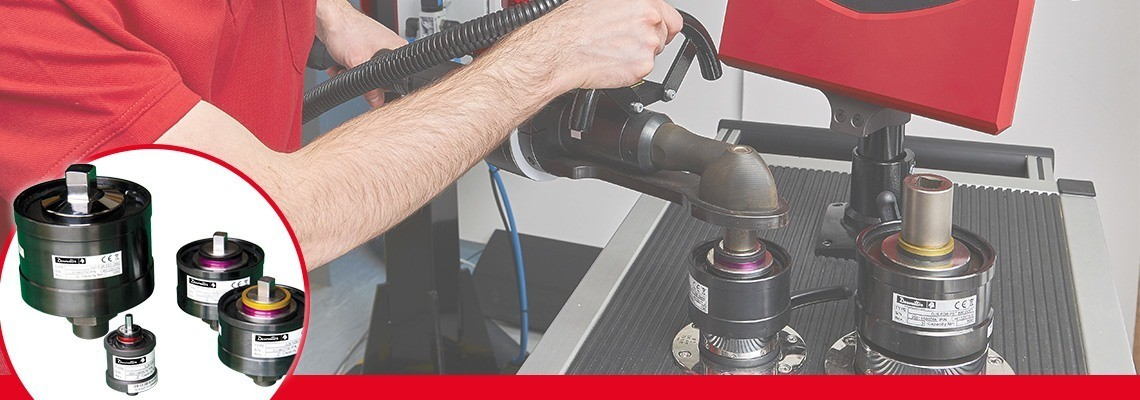 Simuladores de junta são usados para reproduzir as condições normais<br/>de utilização de uma ferramenta potente de modo que a calibração do instrumento é adequada para a capacidade de resistência da junta, onde a ferramenta é usada na linha.<br/>A escolha de rigidez flexível ou rígida é necessária, pois o torque<br/>desenvolvido pela maioria das ferramentas varia com a rigidez da junta.<br/>Cada simulador de junta é identificado por dois anéis coloridos para reconhecimento rápido e fácil por parte do operador <br/>